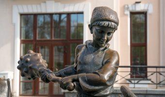 Bronze statue of Kotygoroshko at the Kiev Academic Puppet Theatre