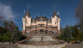 Photo of KievAcademic Puppet Theatre inKhreshchatyk Park, Kiev.