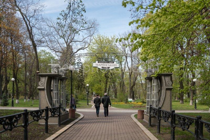 Entrance arch to Mariinsky Park from Mykhaila Нrushevskogo Street.