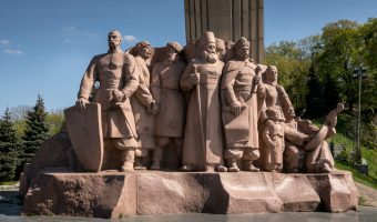 Granite statue depicting the participants of the 1654 Treaty of Pereyaslav. Situated beneath the People's Friendship Arch in Khreshchatyk Park.