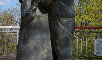 Photo of the Love Story statue in Khreshchatyk Park, Kiev.