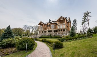 The Honka house at Mezhyhirya, named after the Finnish log house manufacturer Honkarakenne.