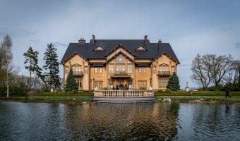 Photo of main house and lake at Mezhyhirya National Park.