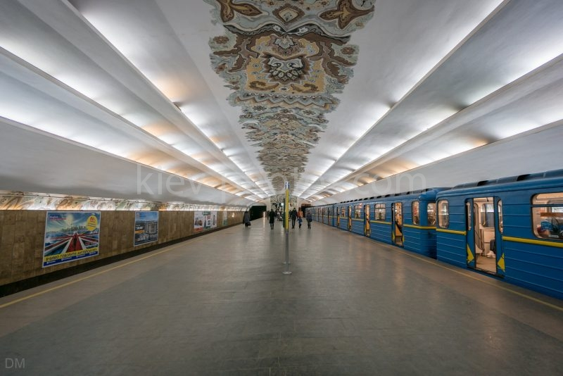 Photograph of a train at Minska Metro Station.